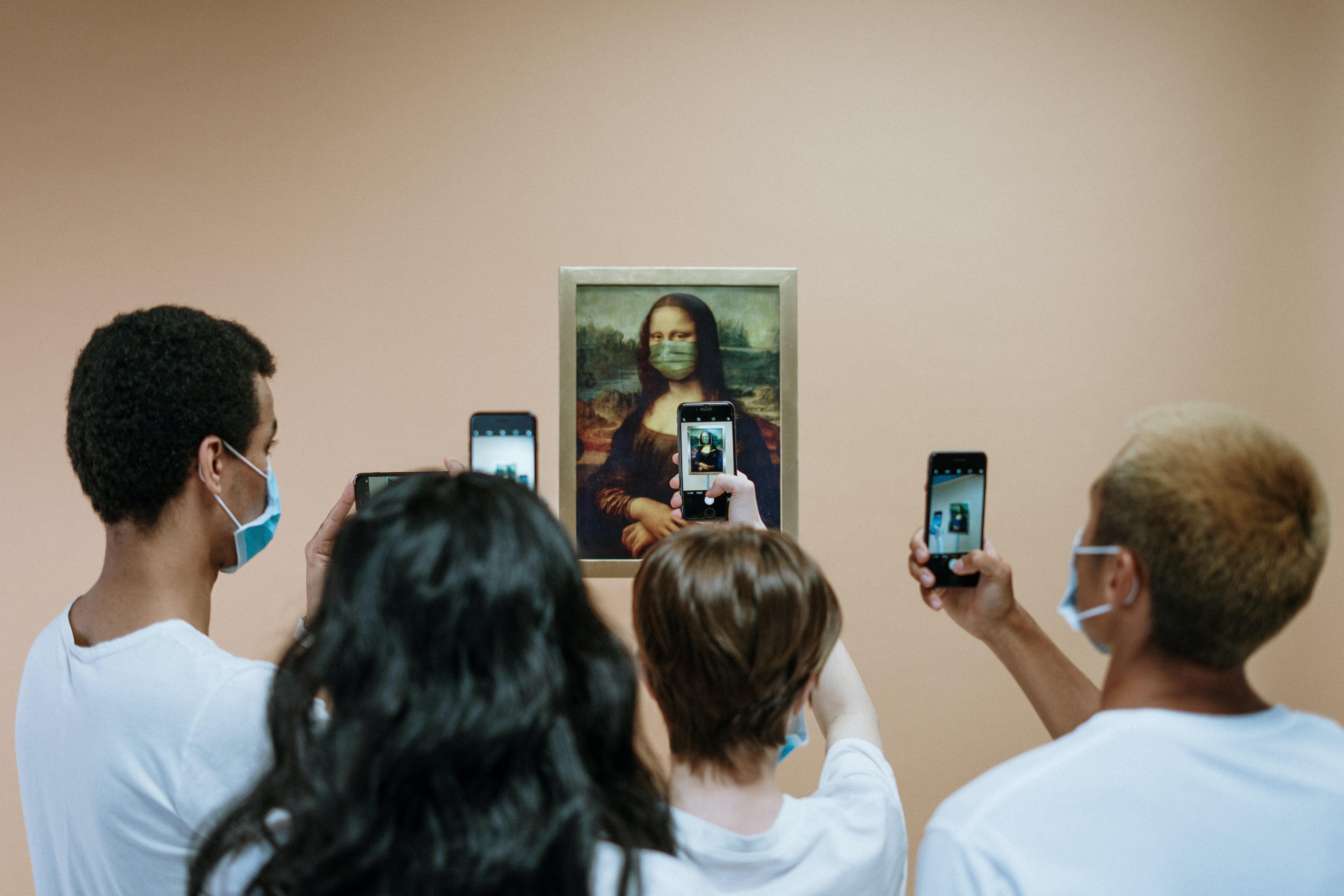 Grote groep mensen die een foto maakt van de Mona-Lisa tijdens COVID19